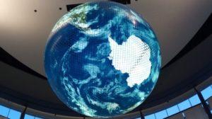 天井に地球のあるシンボルゾーン(MOVE生きものになれる展)