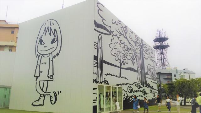 左:奈良美智「夜露死苦ガール2012」・右:ポールモリソン「オクリア」