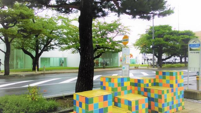 美術館前バス停「トゥエルヴ・レヴェル・ベンチ」マイダー・ロペス
