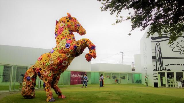 十和田市現代美術館とフラワーホース