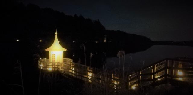 夜の水浴び小屋